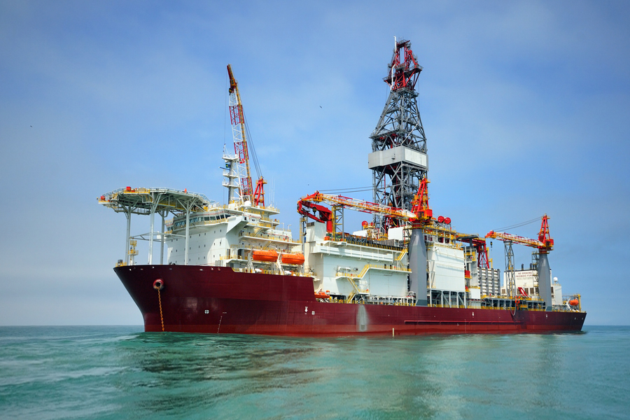Ship with drilling rig